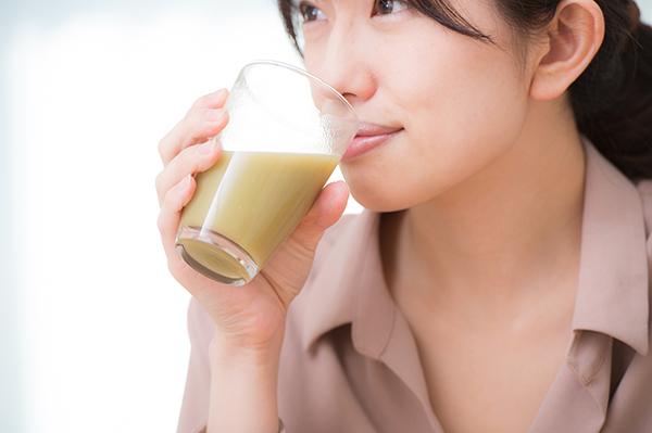 スムージーを飲むイメージ