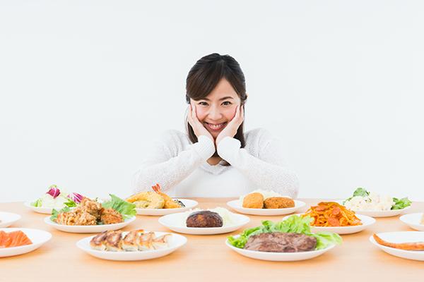 並んだ食べ物と女性