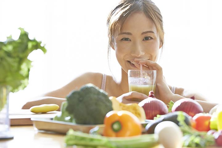 野菜に囲まれた女性のイメージ