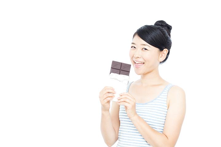 チョコレートを食べている女性のイメージ