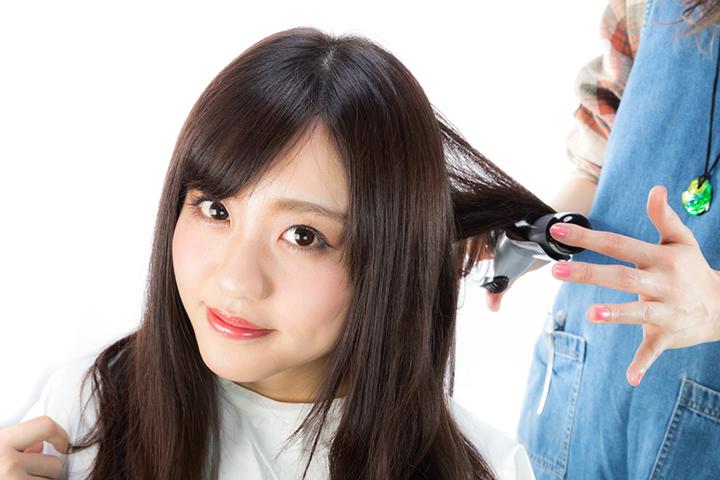 髪をセットする女性のイメージ